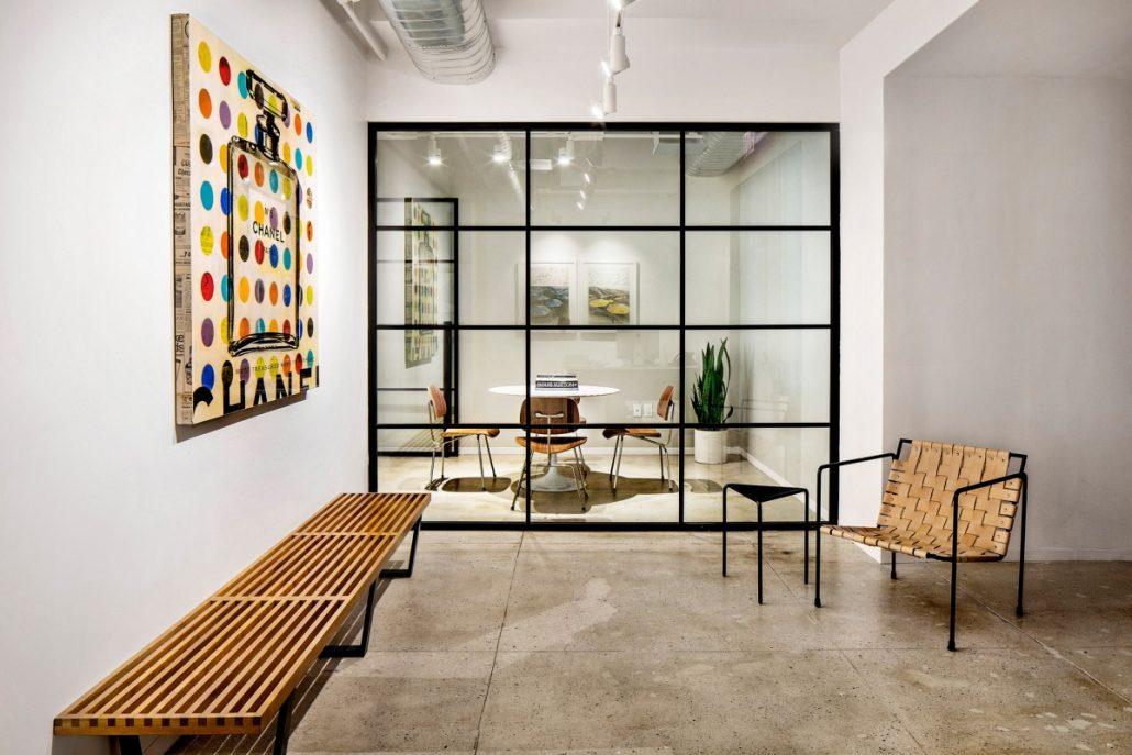 skleněná dělící stěna, industriální design.
