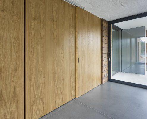 posuvné dveře ve stropní kolejnici