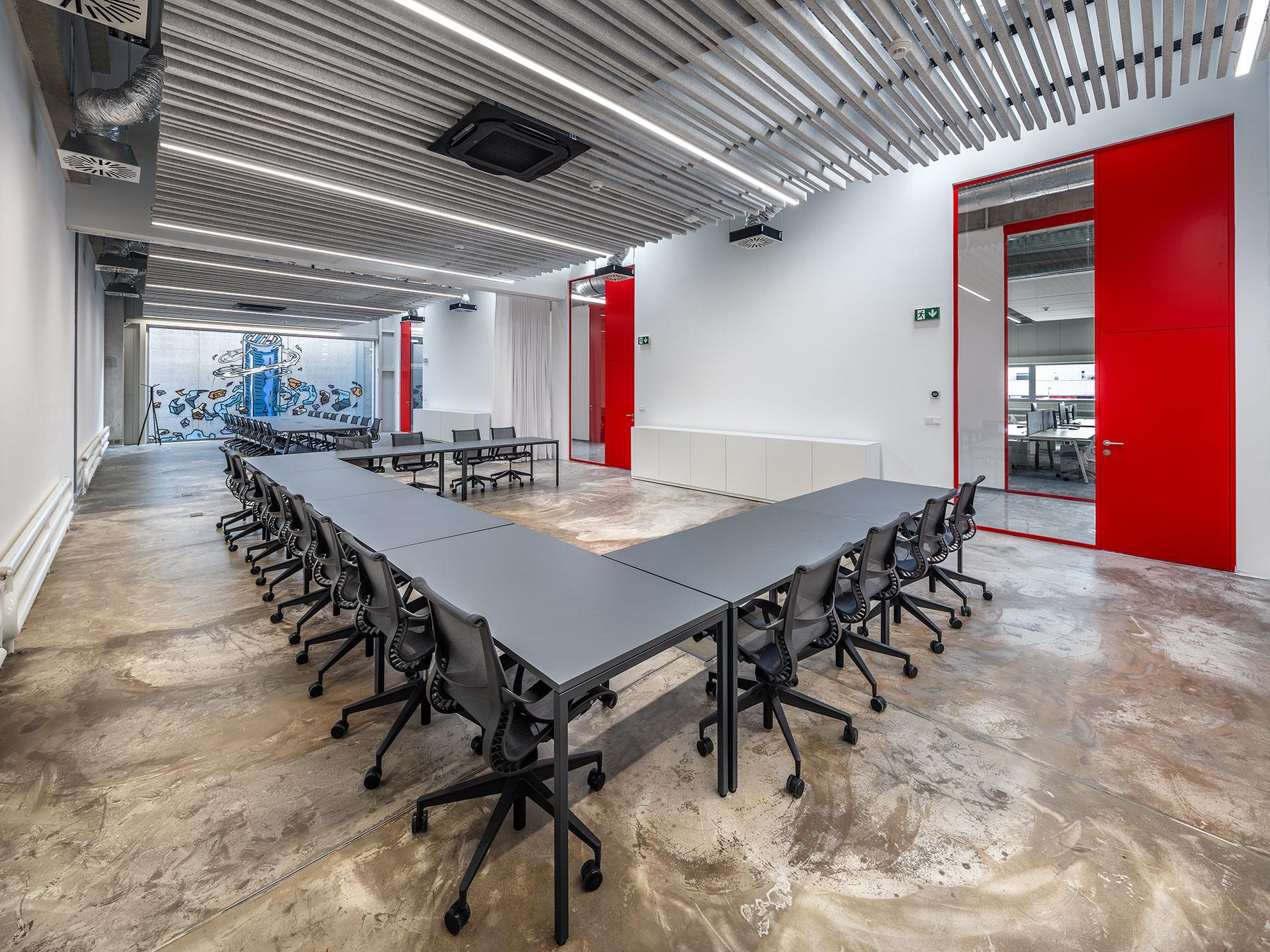 Wurth - realizace hliníkovývh příček a skrytých zárubní v designové kanceláři