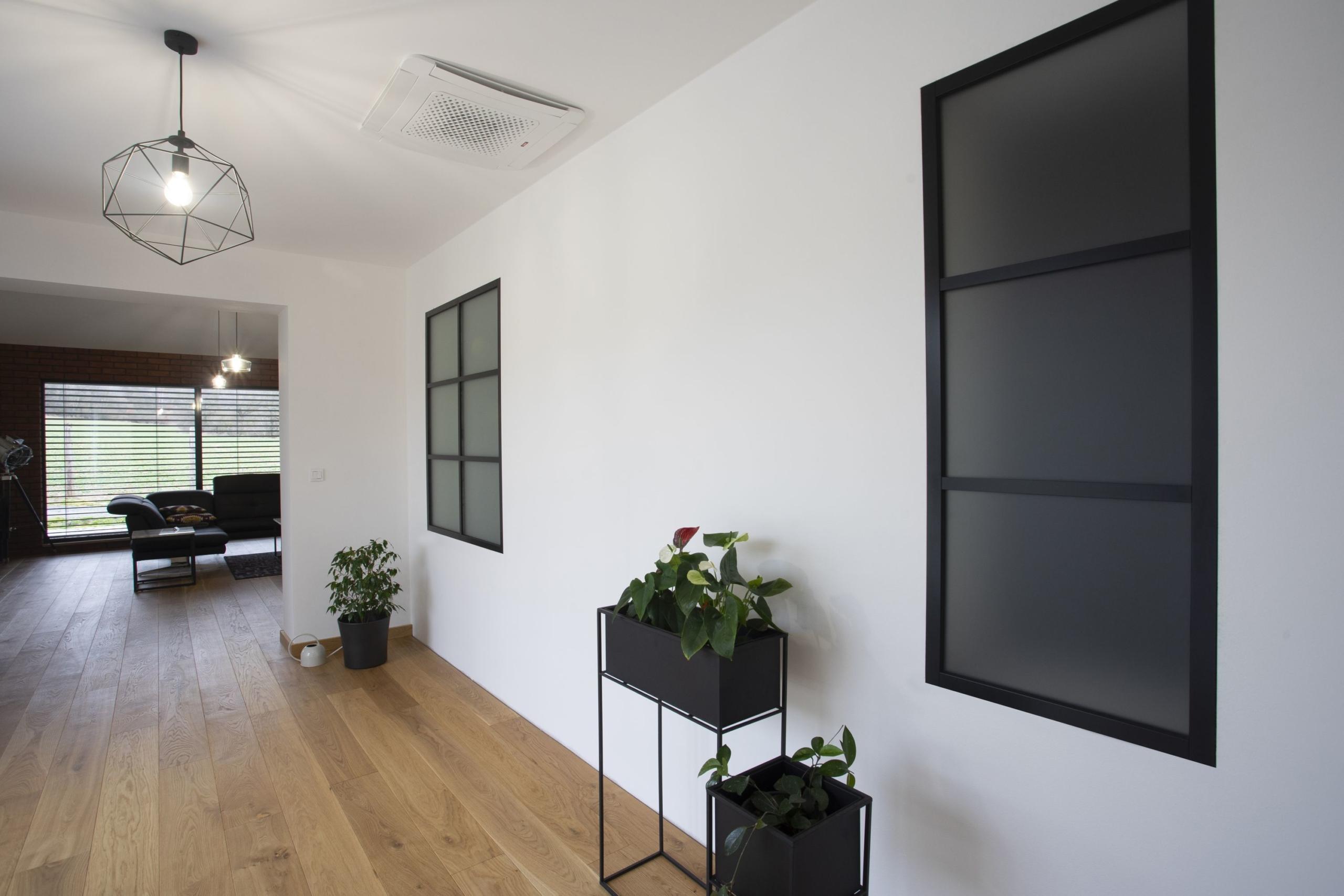 Industriální kovová okna v moderním interiéru