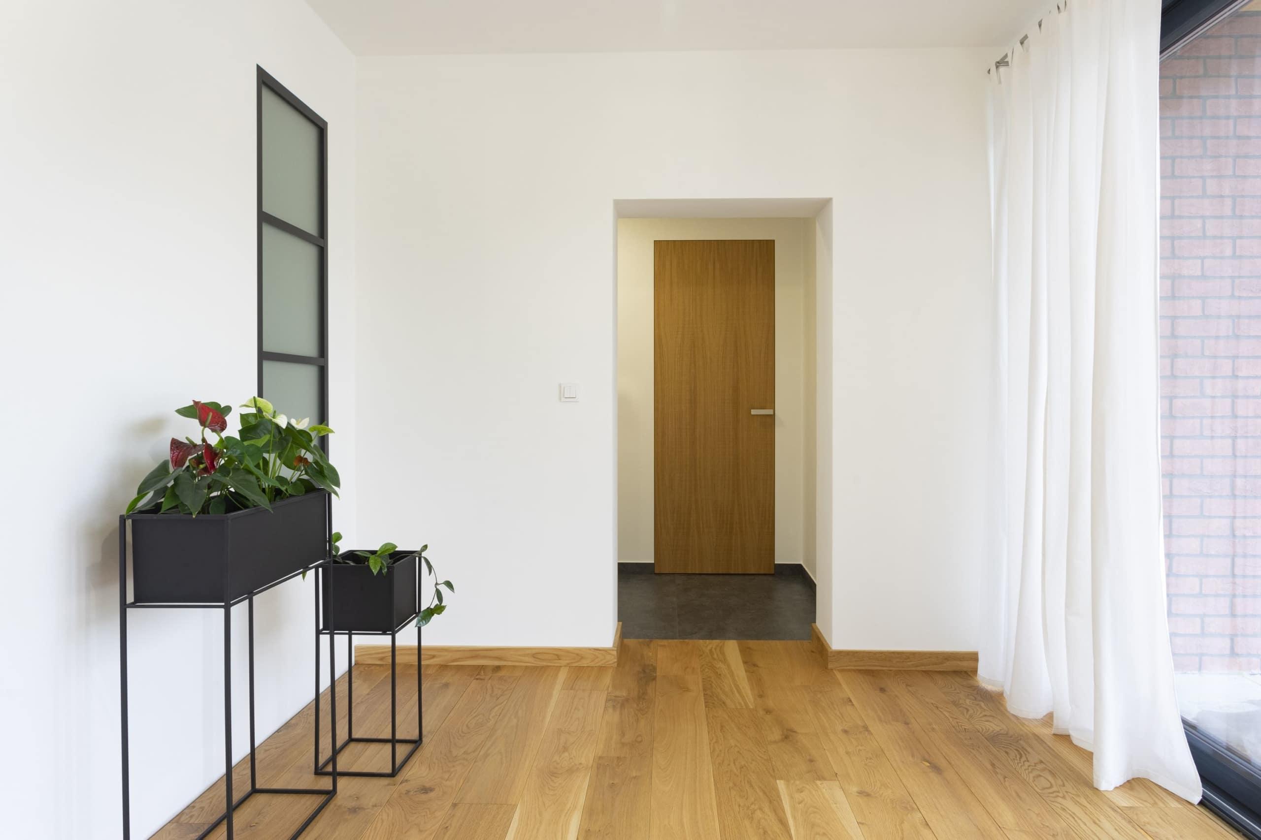 dřevěné dýhované dveře ve skryté zárubni