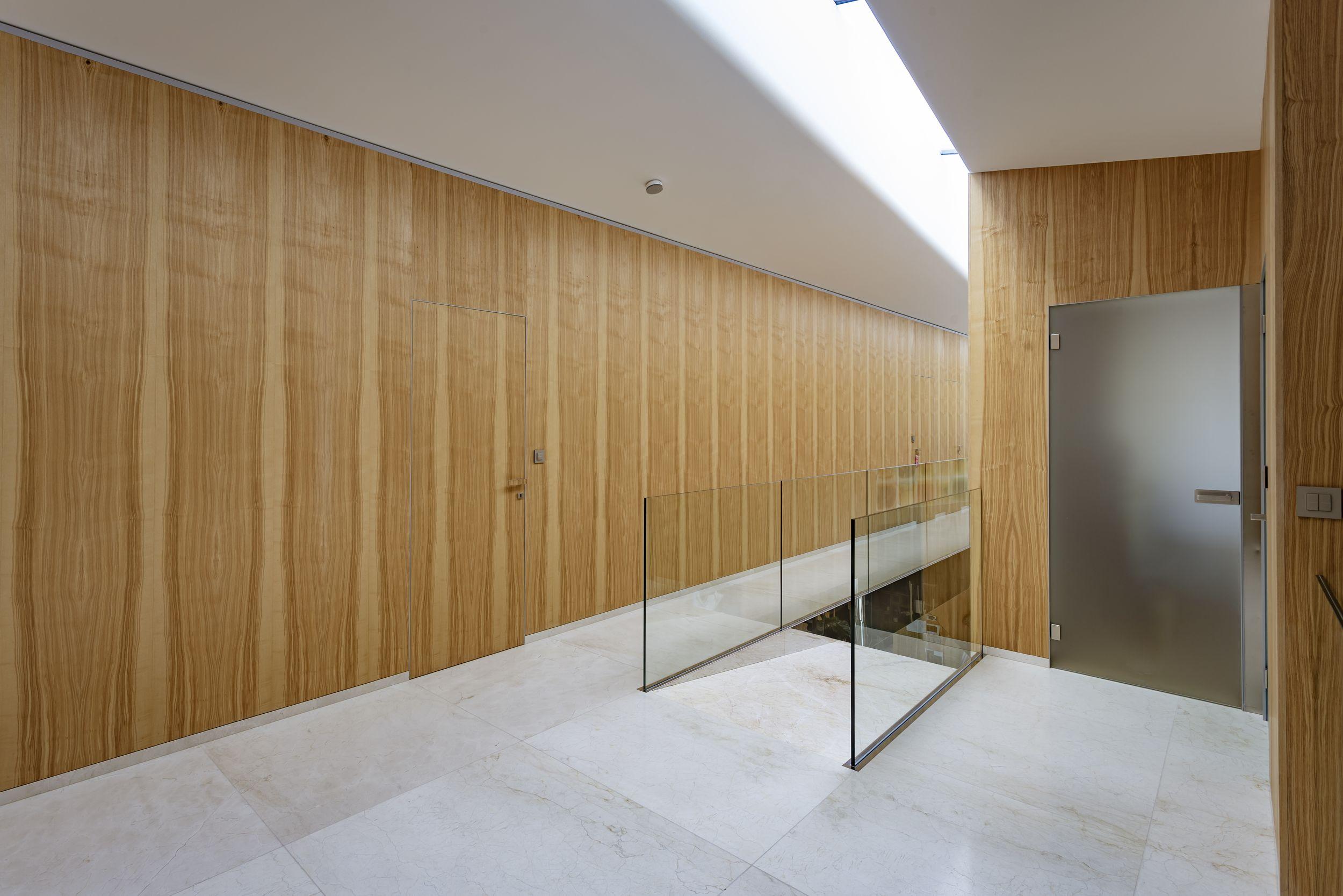 Téměř neviditelné dveře ve skryté zárubni. Skryté v dřevěném obkladu.