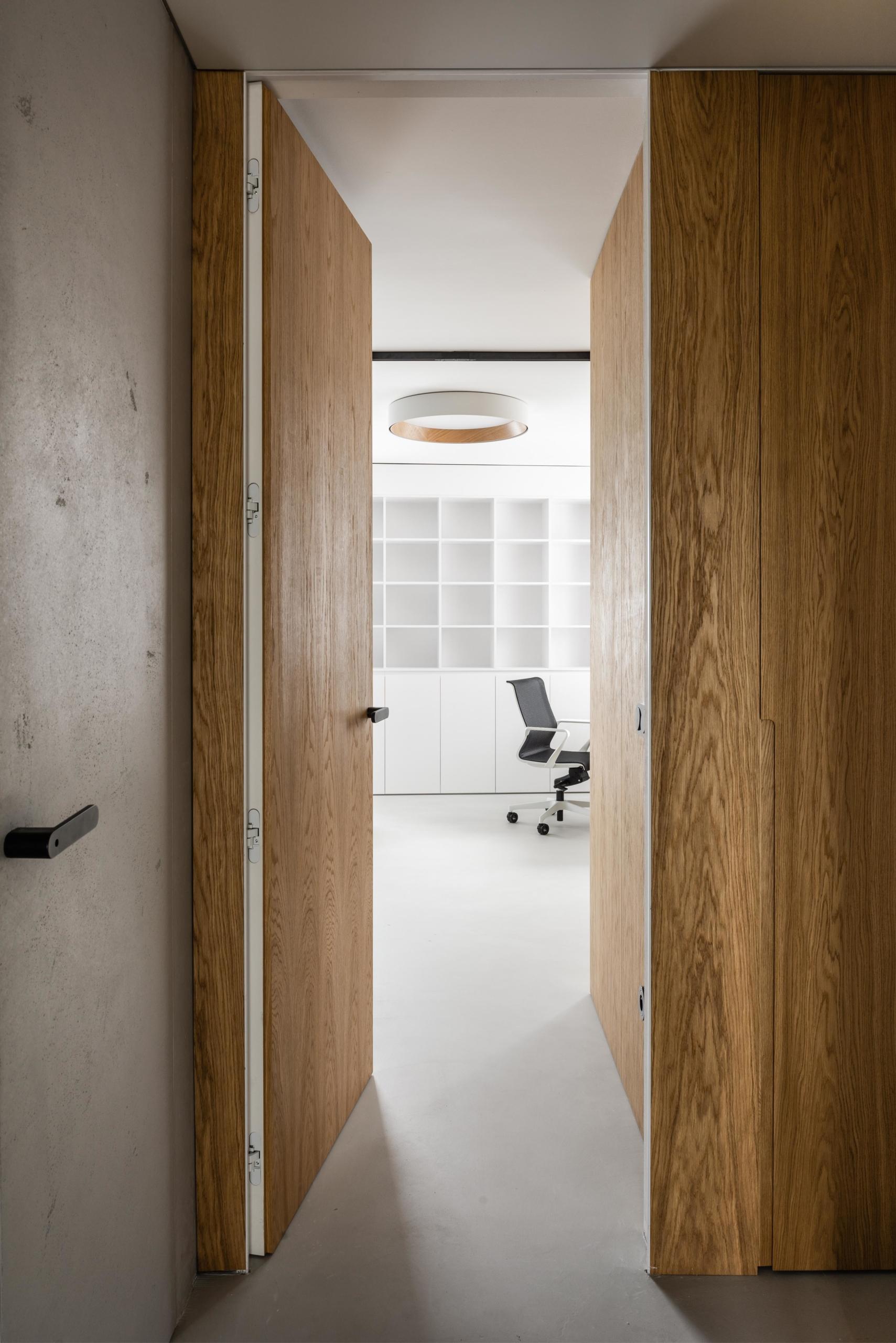 Dveře ve skryté zárubni DORSIS - jedna strana v povrchové úpravě dýha dub, druhá strana betonová stěrka