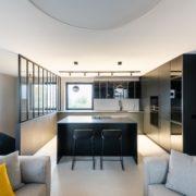 Dělící příčka DIGERO rozdělující schodoště a prostor kuchyně
