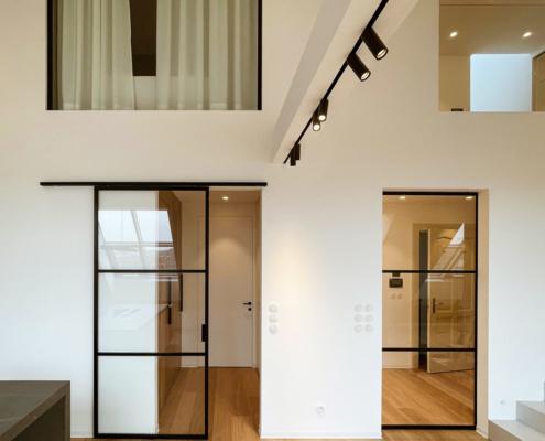 Posuvné dveře v kolejnici po stěně a