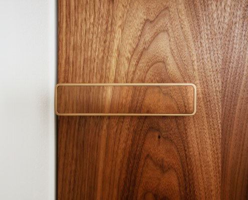 Dveřní klika s dýhou v dekoru dveří