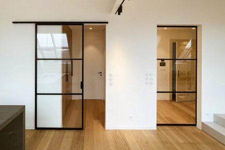 Posuvné dveře v kolejnici na stěně